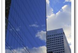 Nubes y edificio (fotografía: Enrique Dans)